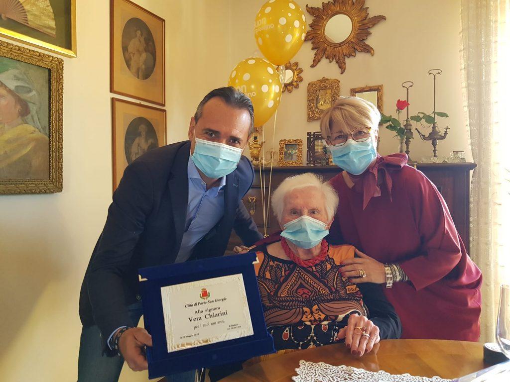 Festa per i 100 anni di Vera Chiarini. Il sindaco Loira le dona una targa ricordo