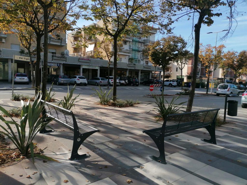 Monteprandone: nuovo arredo urbano in via dei Tigli, panchine e cestini porta rifiuti