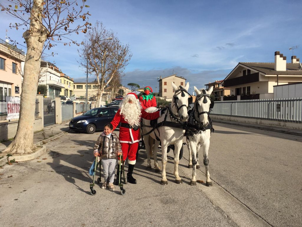 """""""Regali in carrozza"""", Babbo Natale li consegna  in oltre 120 famiglie"""