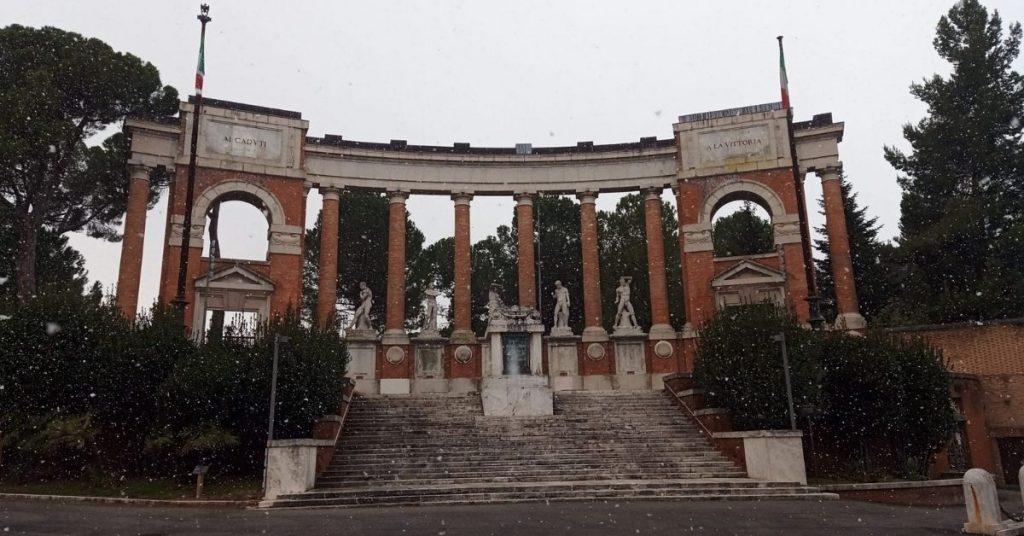 Macerata, sistemazione dei cespugli del Monumento ai Caduti: lunedì i lavori