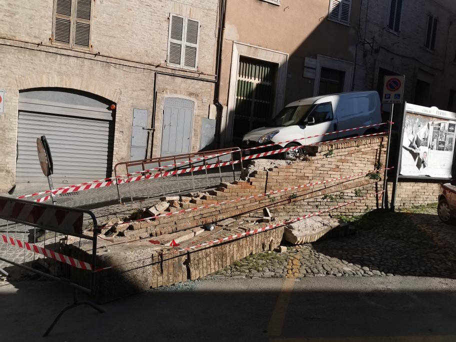 Via Ognissanti, muro abbattuto da un'auto maldestra