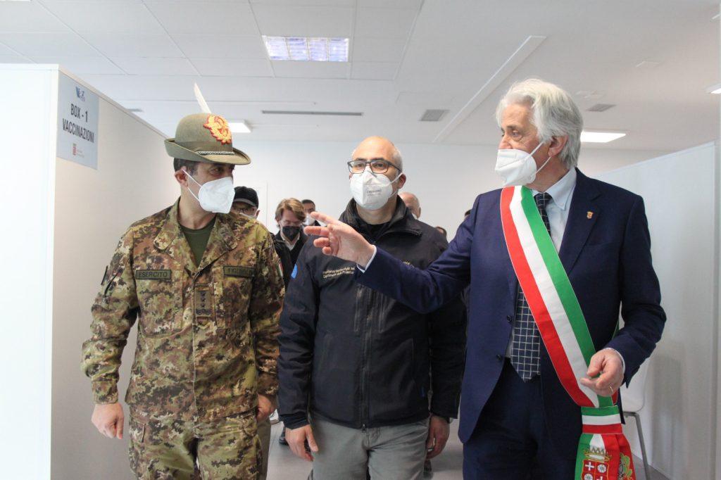 Il generale Figliuolo e l'ingegnere Curcio all'apertura del polo vaccinale di Piediripa