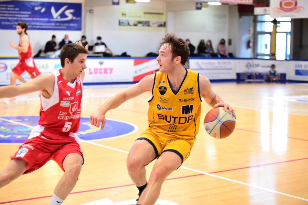La Sutor Basket batte la Guerriero Padova per 95-71, stagione al penultimo posto. Ora deve conoscere l'avversario dei playout.