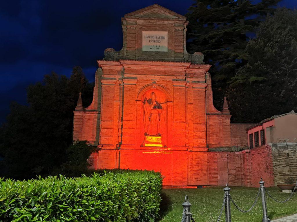 Fermo, la Croce Rossa illumina la statua di San Savino