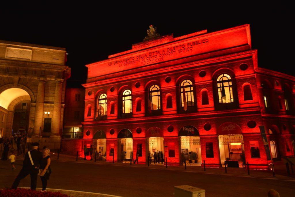 """Macerata: Lo Sferisterio in """"rosso"""" per ricordare le ostetriche"""