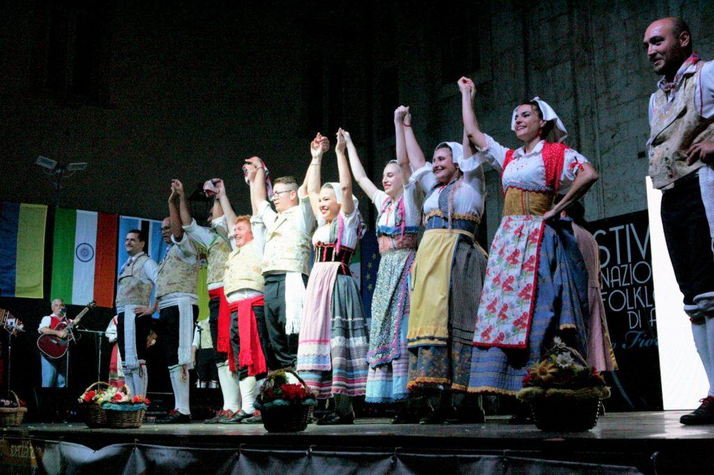 Li Pistacoppi per la prima volta al festival del Folklore a Civitanova Alta