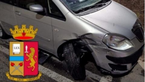 Identificato dalla polizia stradale il conducente di un'auto che aveva danneggiato un veicolo in sosta ed era fuggito