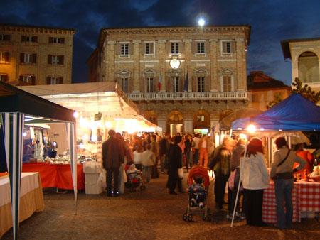 Dopo la pausa estiva, a Macerata nel centro storico tornano le bancarelle de Il Barattolo